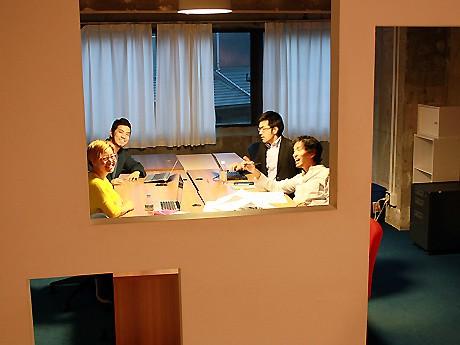 現在の入居者はインターネットで個人事業を行う皆川さん(右上)。「以前はオフィス街のレンタルオフィスを借りていたが、ここは触れ合いがあり、入ってくる情報量が格段に違う」