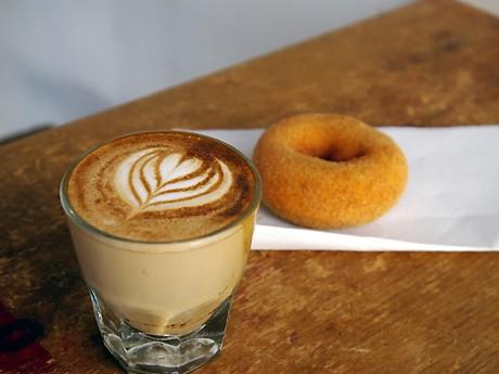 スペシャリティコーヒー豆を使った「ジブラルタル」(350円)と、「はらドーナッツ」の「サトウキビ」(130円)
