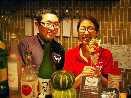 祐治さんとあゆみさん。あゆみさんが持つのは「厳選野菜のパフェサラダ」(600円)