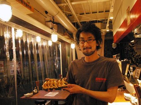 「おいしいギョーザとビールを気軽に食べに来てほしい」と話す井石さん