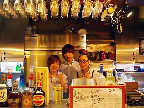 店長の松尾さん(右)とスタッフ。「店のメーンコンセプトは『下北沢にHappyを』。カウンター席もあるので、お一人でも気軽に来てほしい」と松尾さん