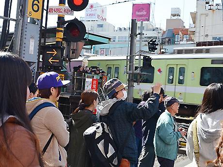 ホーム上や踏み切りから下北沢駅との別れを惜しむ人々