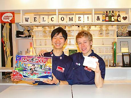 左から、オーナーの阪野思遠さんとフィンランド出身のスタッフ、ダニエルさん