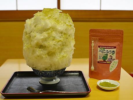 「べにふうき・ジンジャー・きなこのかき氷」(650円)。お客さんからは「べにふうき緑茶の粉末だけだと渋いけど、フワフワの氷に包まれているので食べやすい」という感想も
