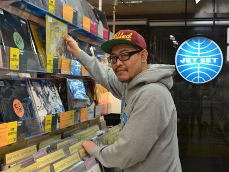 レコードが並ぶ店内の様子。松浦さん自身も、下北沢のバーなどでDJとして活動する
