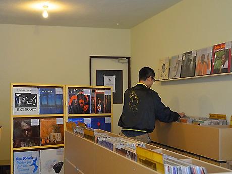 レコードを選盤する店主のMakkotronさん
