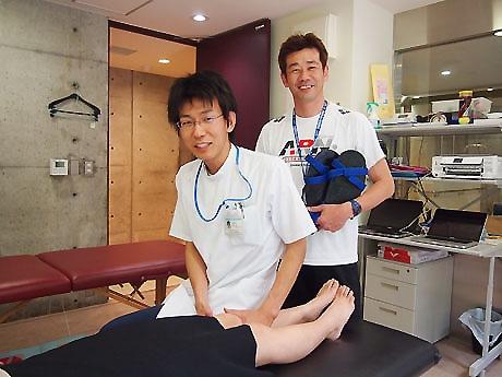 診療を行う生田さん(左)と出口さん