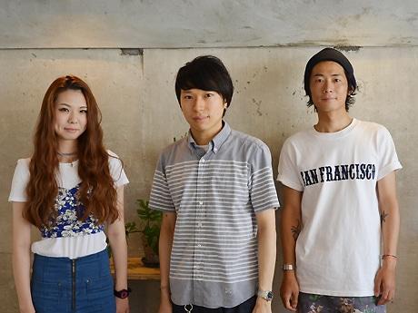 スタッフと川口さん(中央)。「すべての層の男性に向けてサービスを提供していきたい」と話す