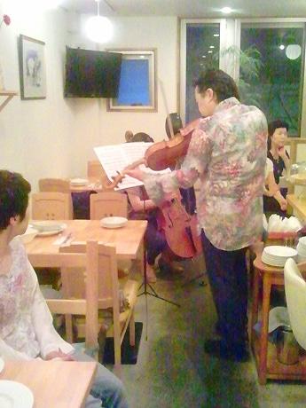 店内でヴィオラを演奏する吉鶴さん