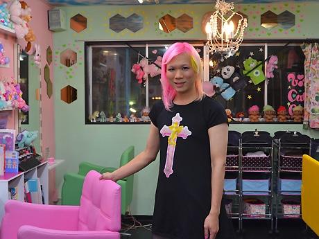 店内に立つIKUさん。自身の髪色もよく変えるという