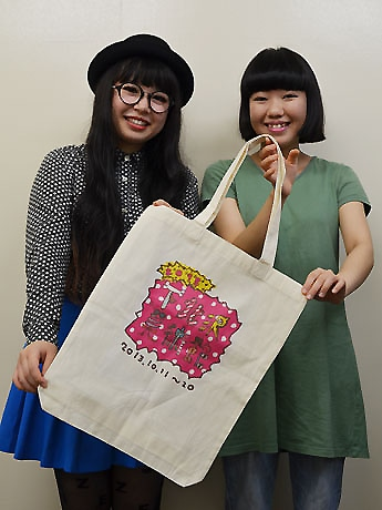 左から、主催者のヤスダサチコさんと金子明日美さん。「下北沢美術館」のロゴ入りトートバッグは「ヴィレッジヴァンガード下北沢店」(北沢2)などで発売する