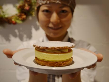 同店先行販売の「j.s.パンケーキパイ」(200円)は、パイ生地の間にカスタードクリームとパンケーキが挟みこまれている