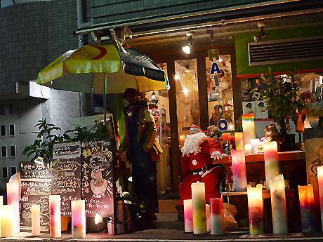 タイ料理店「ティッチャイ」の店頭ではカップ入りのトムヤムクン(200円)が販売され、イベントを巡る来場客に好評だった