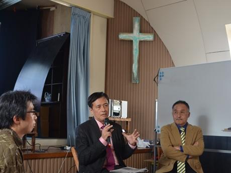 トークセッションを行う保坂区長(中央)と黒岩さん(右)