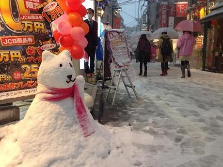 通行人から大人気だったお父さん犬雪だるま