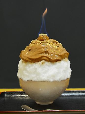 「トッピングの栗の甘露煮は、火をつけることで表面の砂糖がカラメル状になり食感と風味が増す」と店主の大山泰成さん