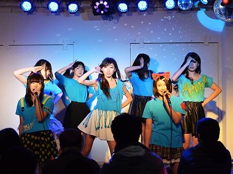 「下北沢SMK劇場」(北沢2)での定期公演の様子。約45分間のライブと握手会などが行われている