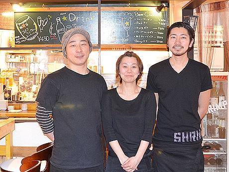 サーフィン好きな店長の田中光さん(左)、松崎真美さん、外山亮さん