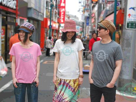 通販サイトなどでシモキタTシャツを着用しているモデルは、同店の呼び掛けで集まった下北沢周辺の人々だという