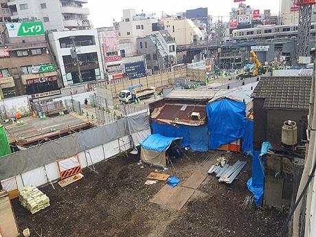 手前の空き地になっているところが下北沢北口駅前食品市場跡。奥に工事中の旧小田急線線路が見える