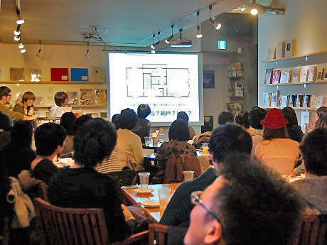 過去のイベントの様子。紹介される間取り図は、「マドリスト」森岡友樹さんがネット検索で収集。「砂金を探すような作業です」と話す