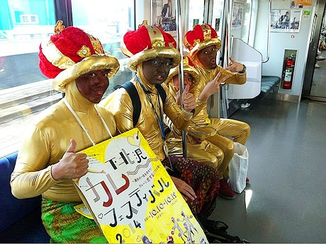 下北沢近辺に留まらず、電車に乗ってイベント告知に向かう「カレーまん」たち