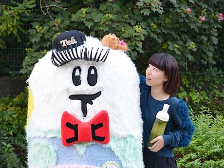 下北沢非公認ゆるキャラ「しもっきー」(左)と日本茶アーティストの茂木さん(右)
