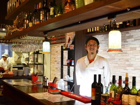 店長兼シェフの平良陽介さん。客席からは店内奥のキッチン様子が見える