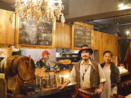 広報の宮下さん(右)と、海賊の船長をイメージした衣装の店長(中央)と、乗組員の衣装のスタッフ(左)