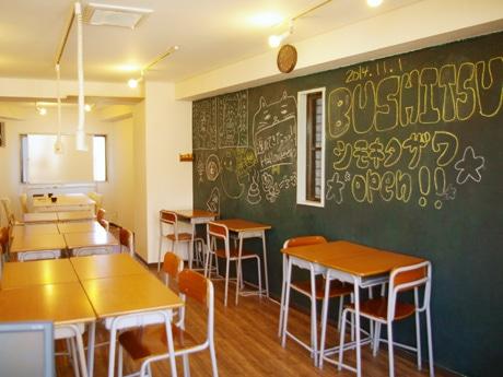 学校をイメージした店内。店名について、「世界一を目指すような人や、ただくだらない話をする人、そんな人達がひとつになれる場所が部室だと思った」と福桝さん