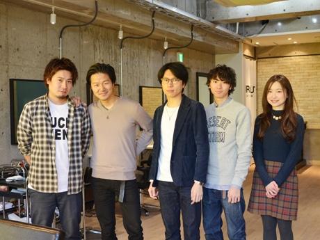 スタッフと川口さん(中央)。現在、北口店のスタッフは男性4人、女性1人、南口店は男性3人、女性1人