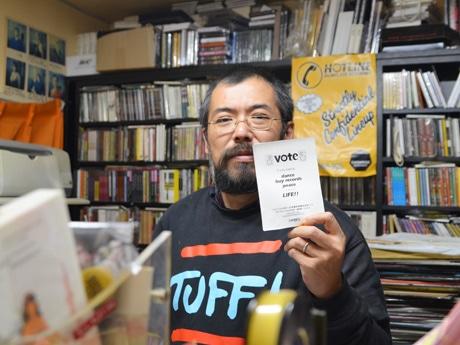 「ディスクショップ・ゼロ」の店主飯島直樹さん。「常連にはすでに浸透しているため、ウェブで告知するだけで店内に選挙割のポスターは貼っていません」