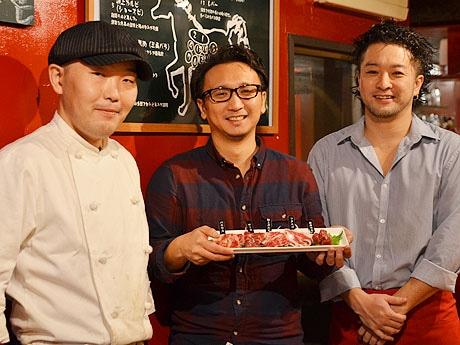 料理長の吉田真巳さん(左)、社長の横山龍太さん(中央)、店長の安岡信一さん(右)
