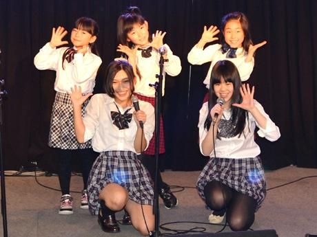 「SweetTimeGirls∞」のステージ。8歳~19歳の5人のメンバーが会場を盛り上げた