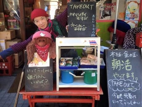 「朝活」でおにぎりやサンドイッチを販売する店長の志藤みゆきさん(画像内の販売価格は変更あり/本文参照)