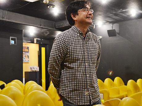 スクリーンを見つめながら上映への思いを話す「トリウッド」代表の大槻貴宏さん。「再開発に賛成も反対もしていない多くの人たちにこそ、見てもらいたい作品」