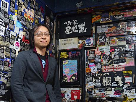 入り口前に立つ山田店長。「志高く夢を持つバンドが、これからも増え続けてほしい」