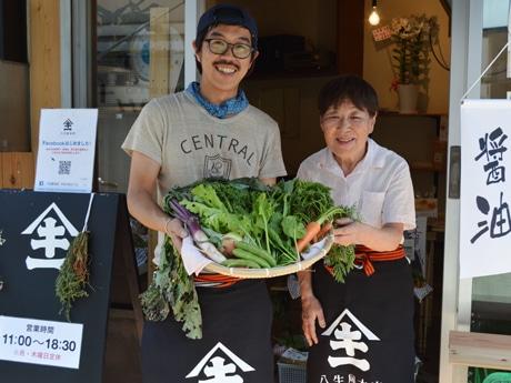 店主の岩野功さん(左)。母の美津枝さん(右)と2人体制で店頭に立つ
