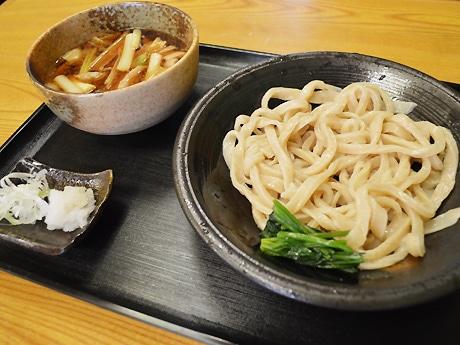 人気のつけうどん「肉汁」(750円)