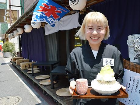 「天然水のかき氷」を提供する女性スタッフ愛美さん。グループ店の中でも縁側席がある同店のみの販売