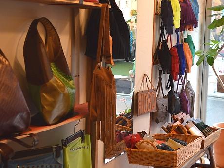 店内にはバッグを中心に財布や衣類が並ぶ