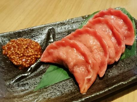 「肉山餃子」(4個626円)。「赤身肉らしさを出すため、焼き色がついた面をあえて見せずに盛りつけている」と井石社長