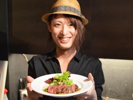 「肉マニア」の料理長・菊地さんが作る「牛ハラミのソテー チミチュリソースで」(1,300円)