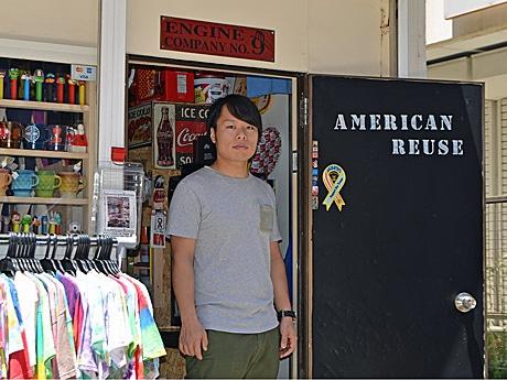 店内入り口に立つオーナーの上野拓麻さん