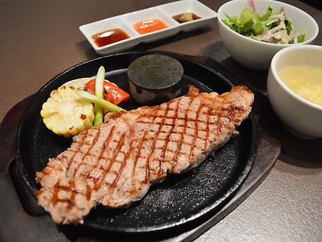 ランチタイムの「Aasu特選ステーキ定食」(1,300円、200グラム)。自家製ステーキソース、ホットチリソース、わさびじょうゆが付く