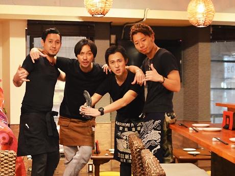 スタッフと肩を組む新里店長(写真中央左)