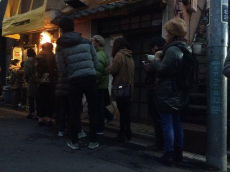 開店時には60人以上が、たこ焼きを待っていた