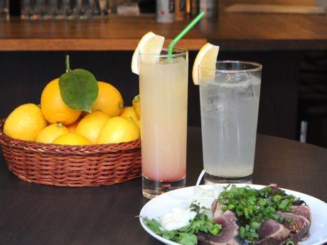 瀬戸内レモンの「レモンサワー」(右)、ねぶたりんごジュースの「アナログオリジナルカクテル」(左)、高知直送の「カツオのたたき・ダブル」(手前)