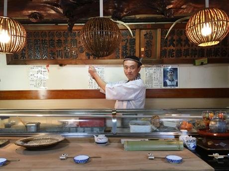 店主の後藤浩一さん。フェイスブックページでその日のお薦めのネタを紹介している