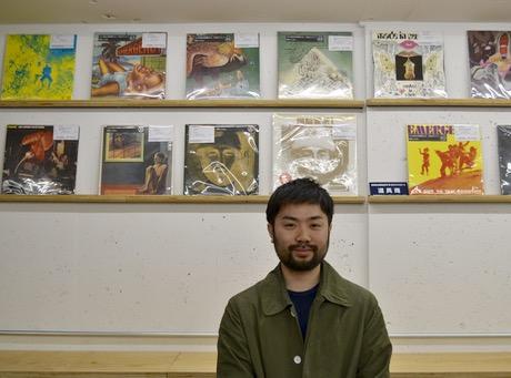 レコードが並ぶ店内に立つ店長の伊藤慶太さん
